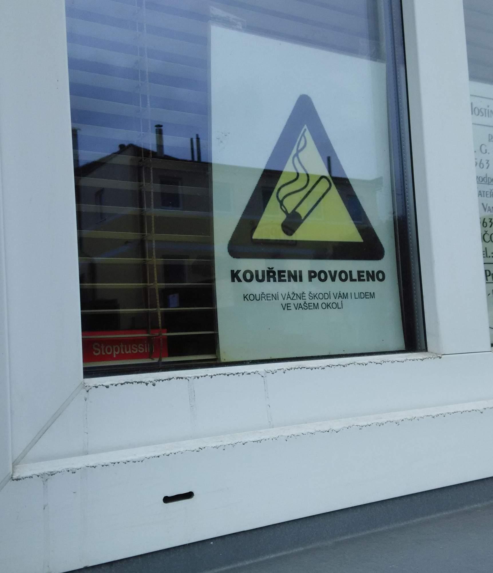 Tyto cedule už za oknem či na dveřích restauračního zařízení za měsíc neuvidíme. Foto: Radek Krajči