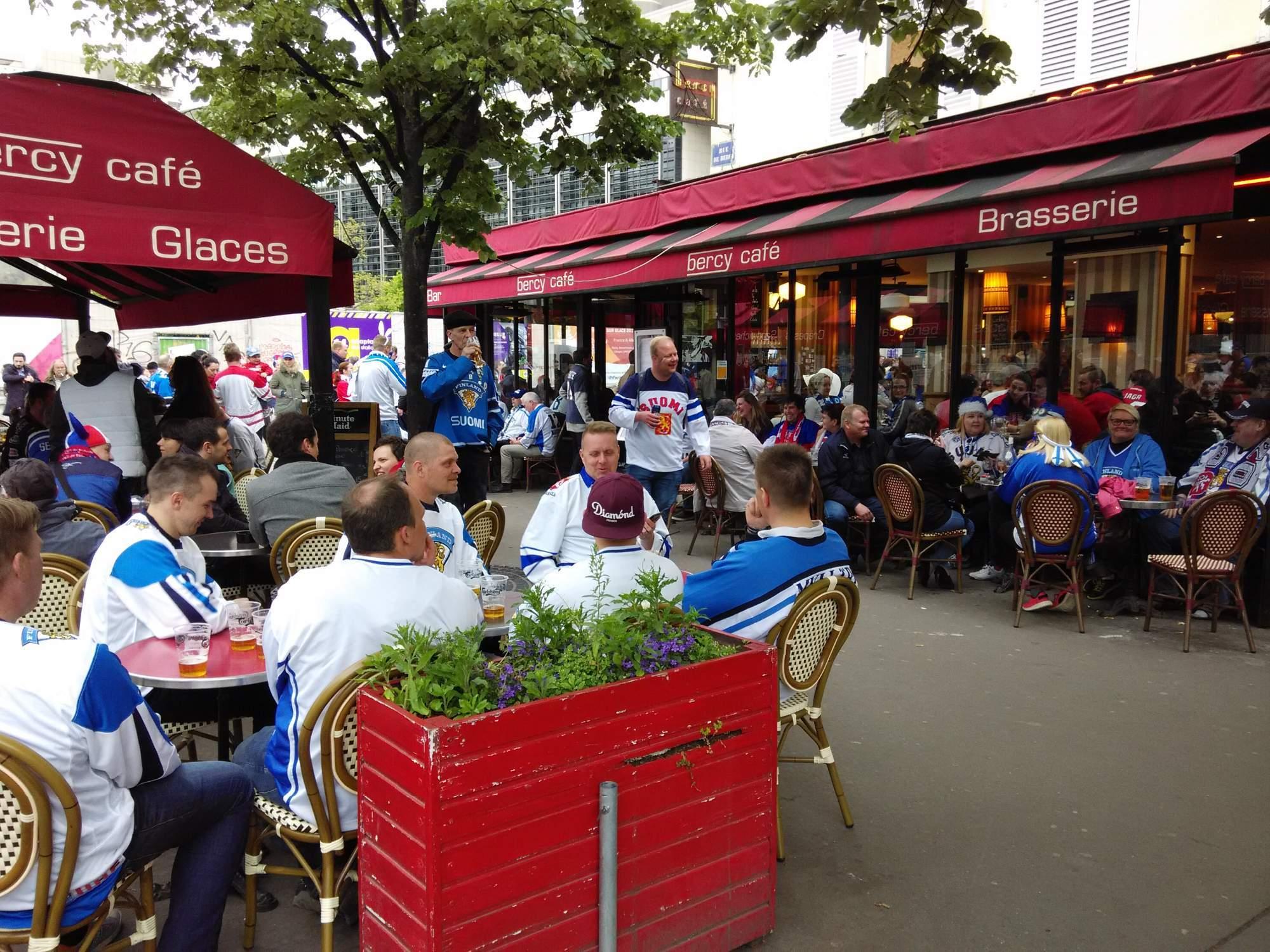 Restaurace poblíž arény v Paříži, kde se před utkáním posilňují fanoušci Finska i Česka. Foto: Radek Krajči