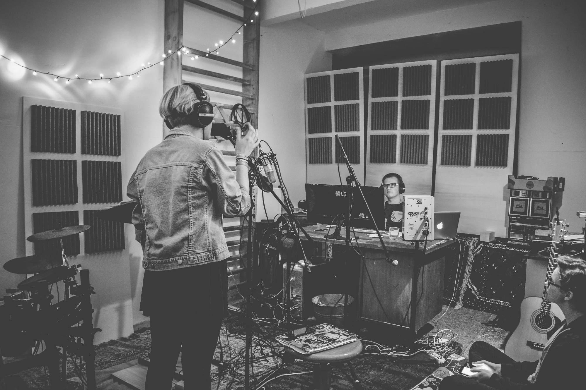 Kapela Break Falls při nahrávání svého debutového alba. Foto: Lenka Jebáčková