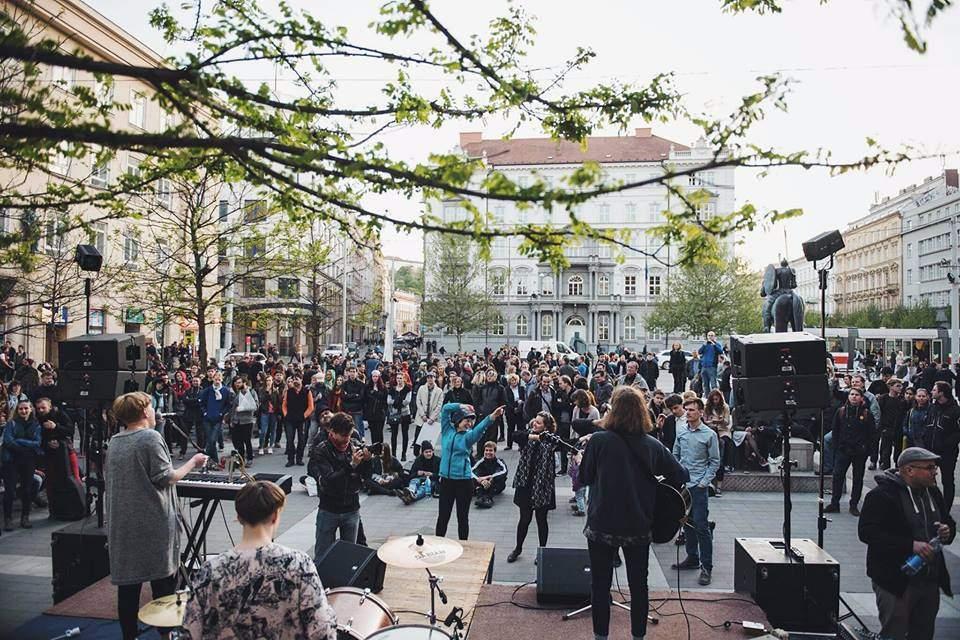 Kapela Break Falls na květnové demonstraci s názvem Proč? Proto! Foto: Niya Mirek Němeček