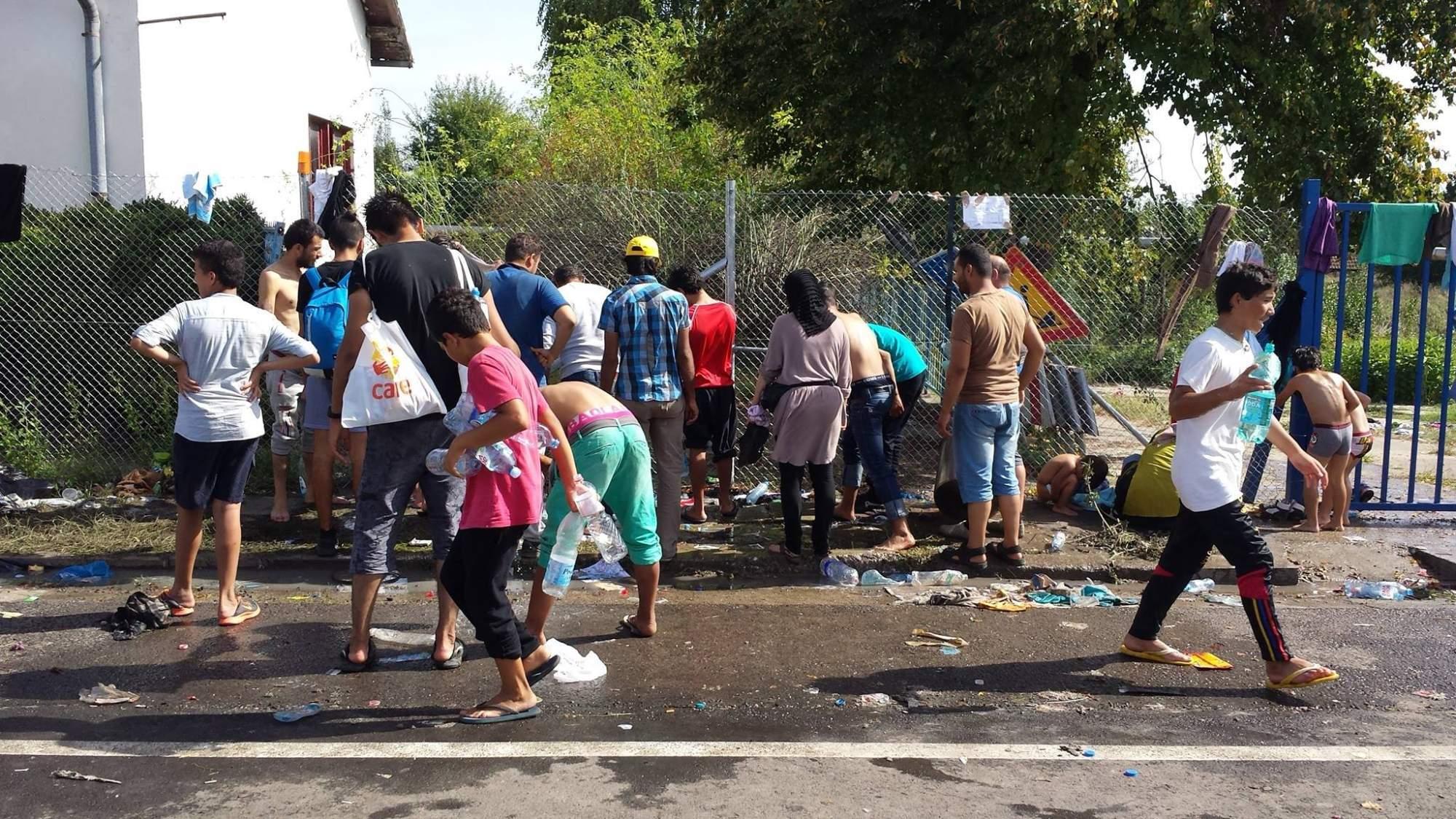 Skupina uprchlíků na maďarsko-srbských hranicích. Foto: Jarmila Póčová