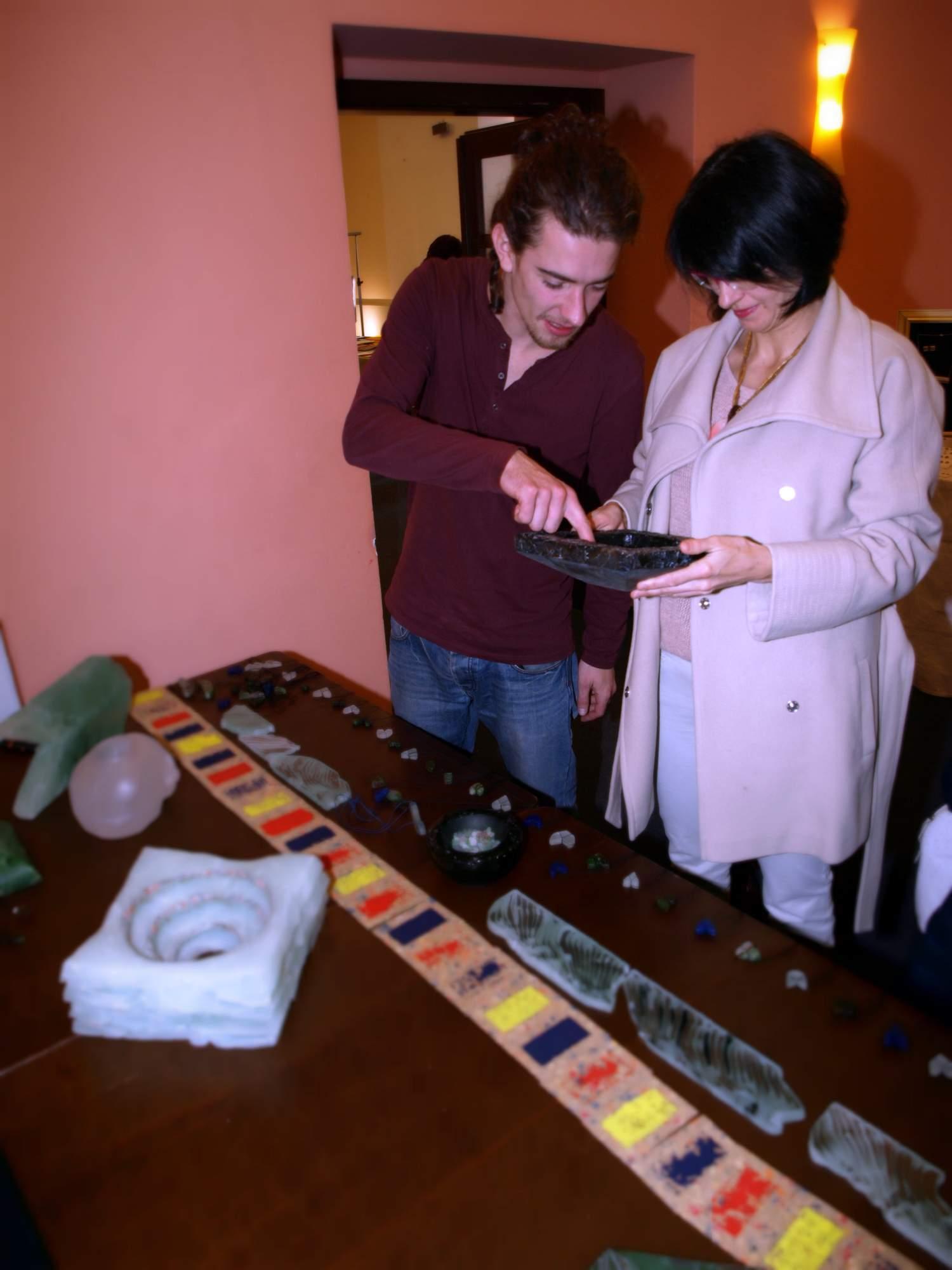 Náhrdelníky a mísy vyrobené ze skla lákaly. Foto: Bečáková Klára