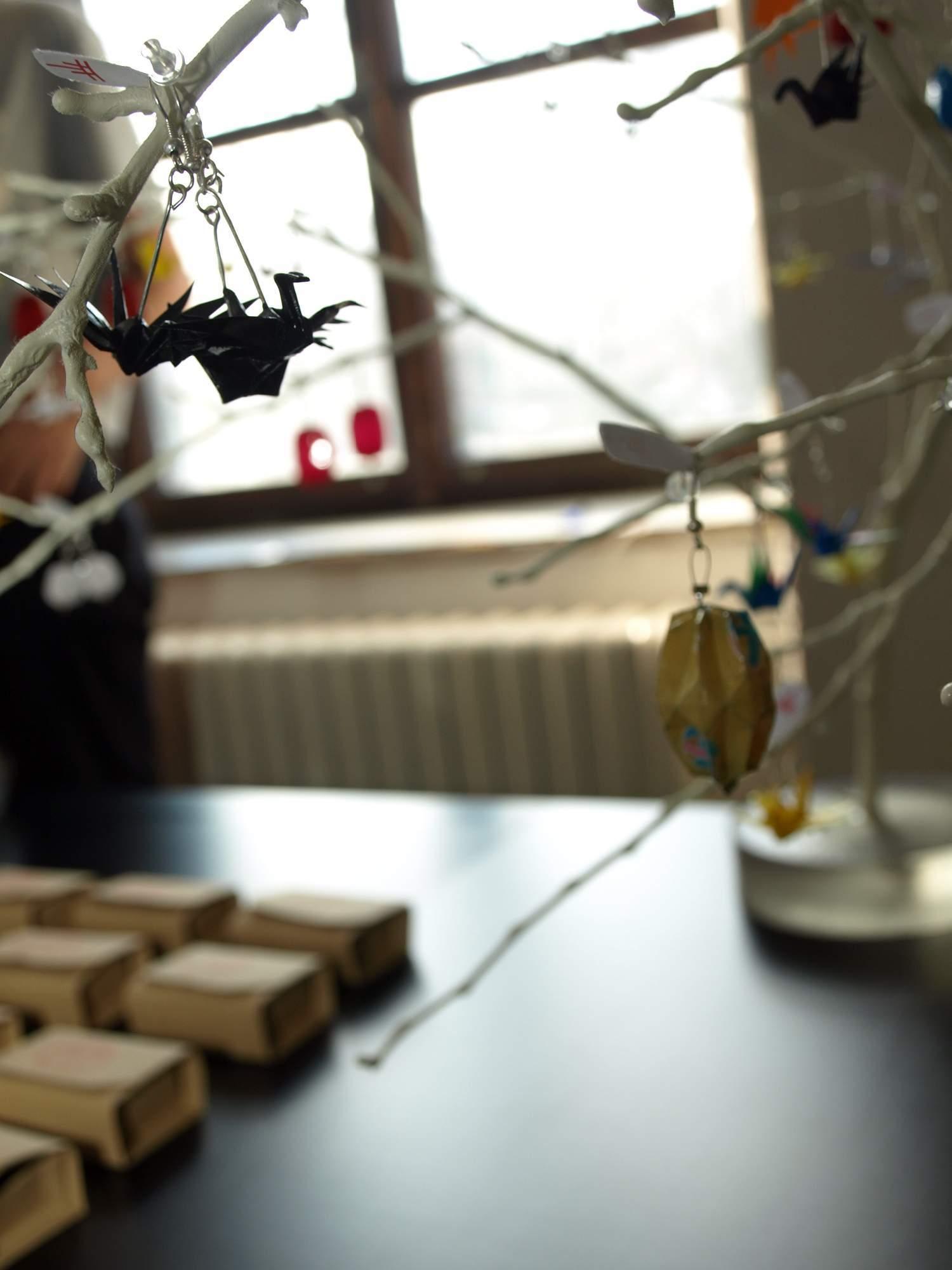 Origami labutě jako náušnice visely stylově na větvičkách. Foto: Bečáková Klára