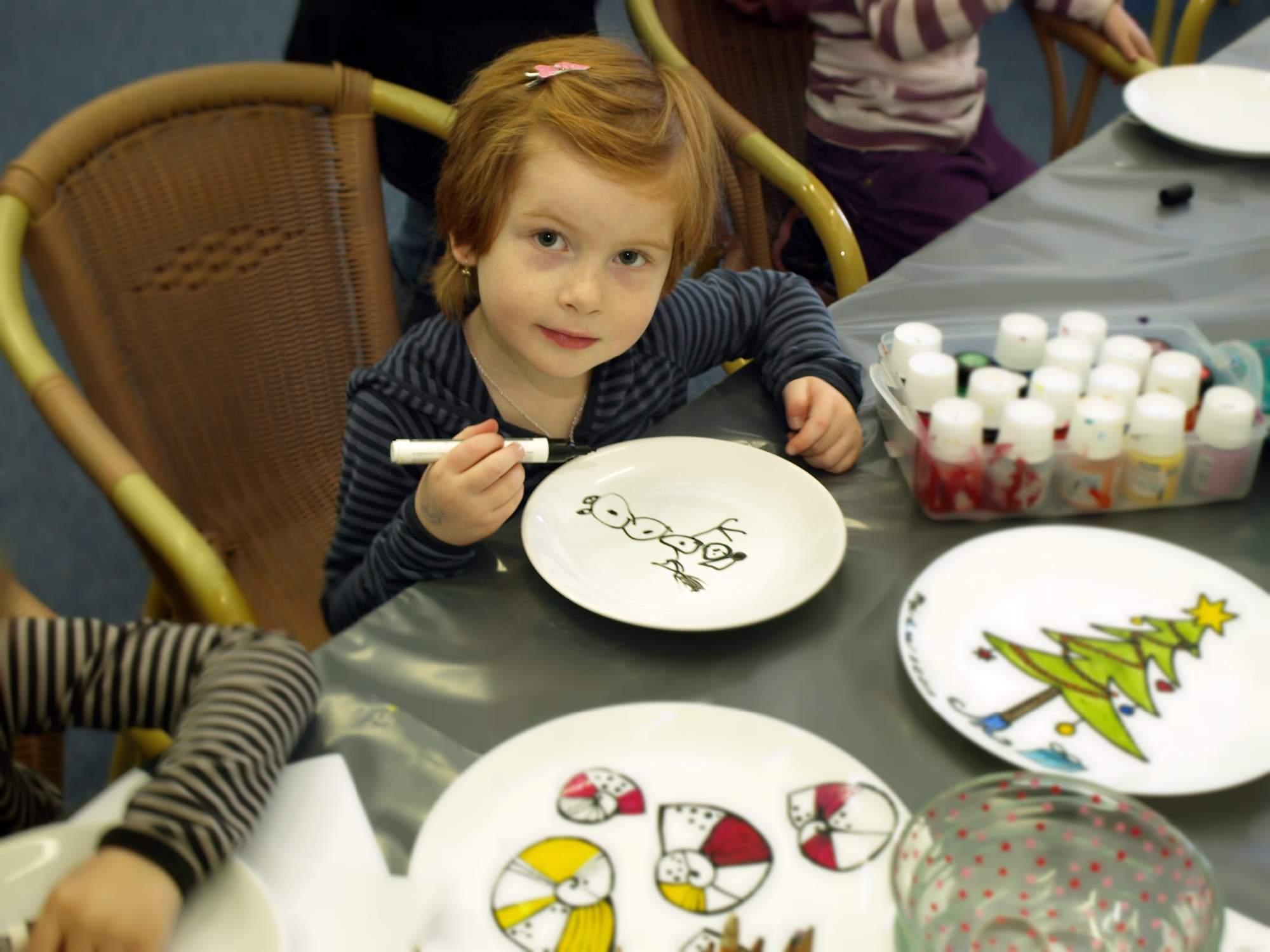 Malé děti měly možnost pomalovat si talíř. Foto: Bečáková Klára