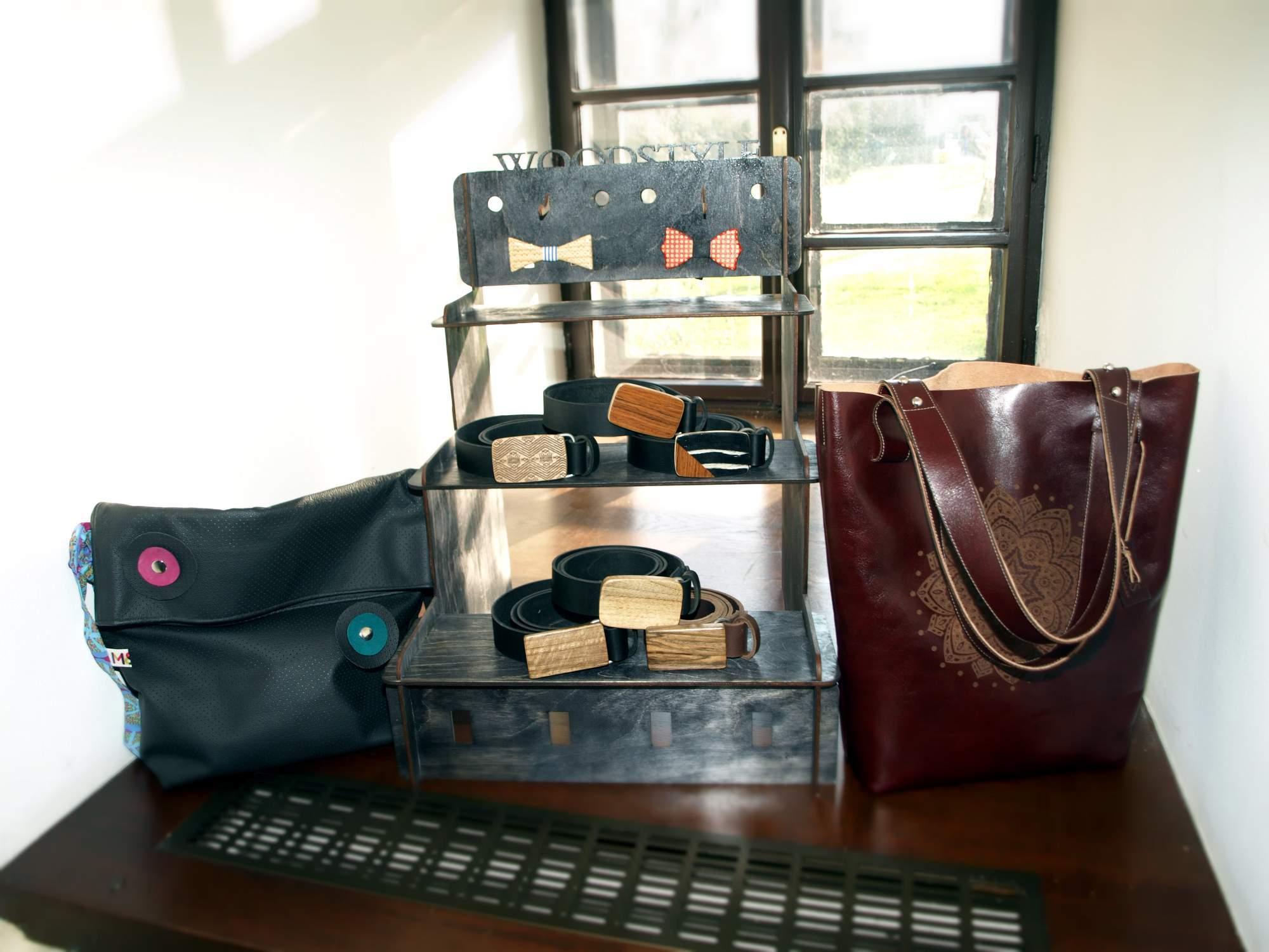Kožené kabelky s rytím a dřevění motýlci. Foto: Bečáková Klára