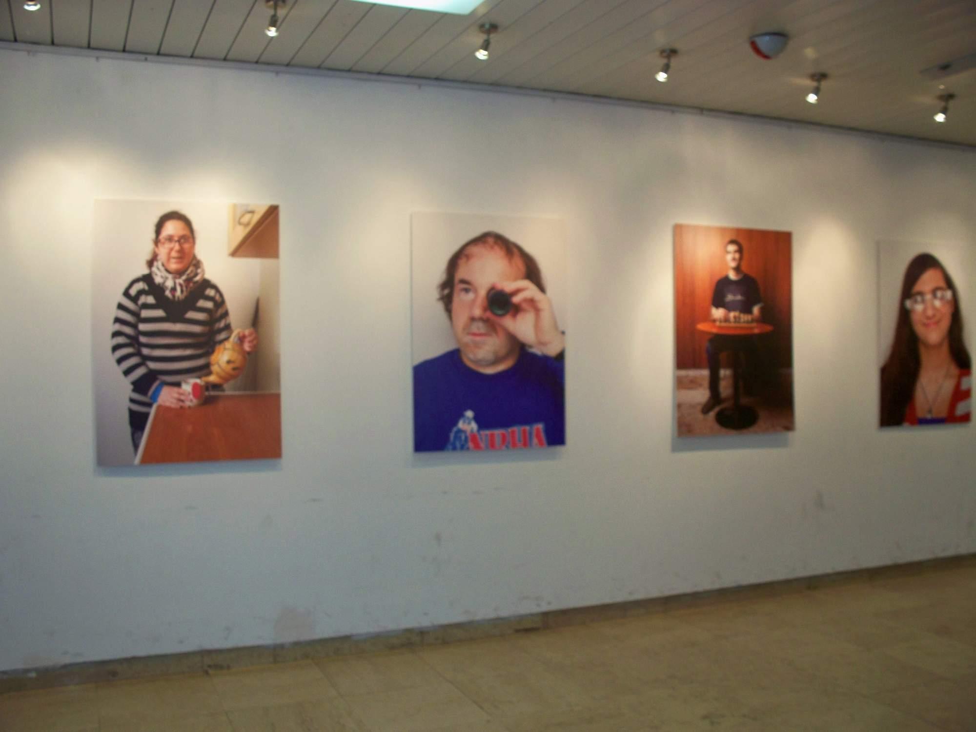 Část výstavy Z očí do očí je k vidění před Sálem Břetislava Bakaly. Autor: Barbora Tichá