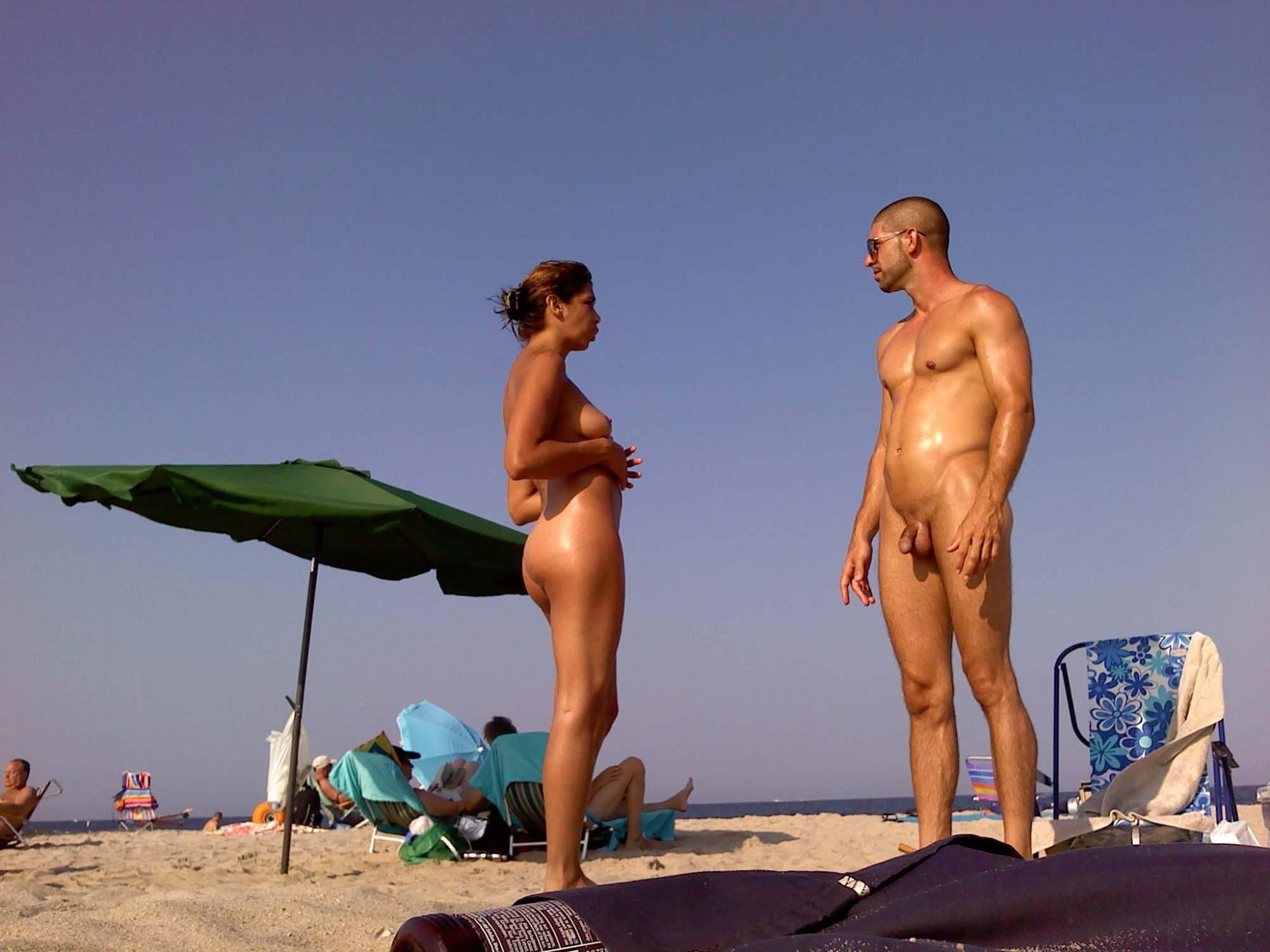 Голые мужики на пляже видео