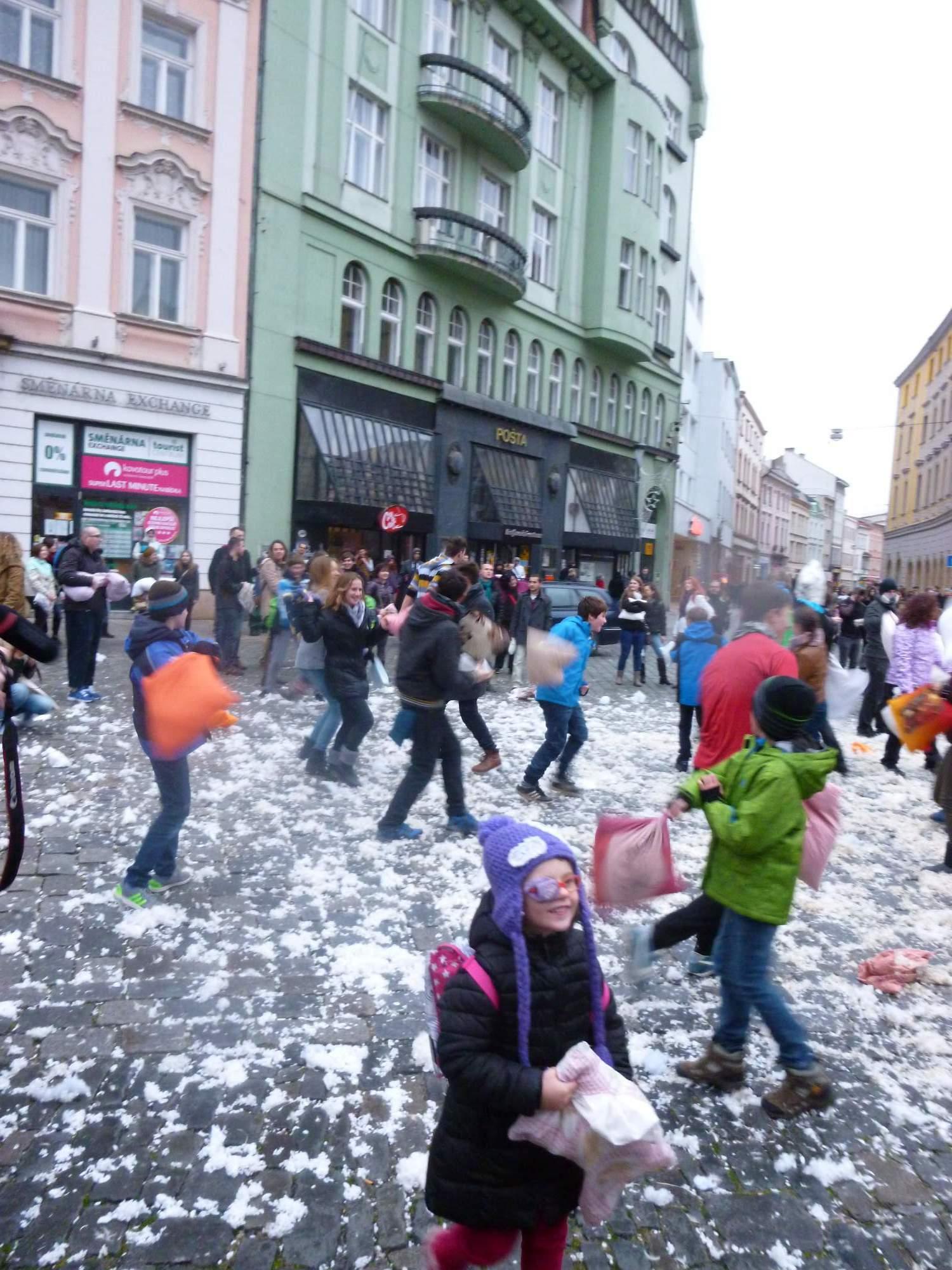 Největší radost měly z umělého sněhu děti. Foto: Klára Slavíčková