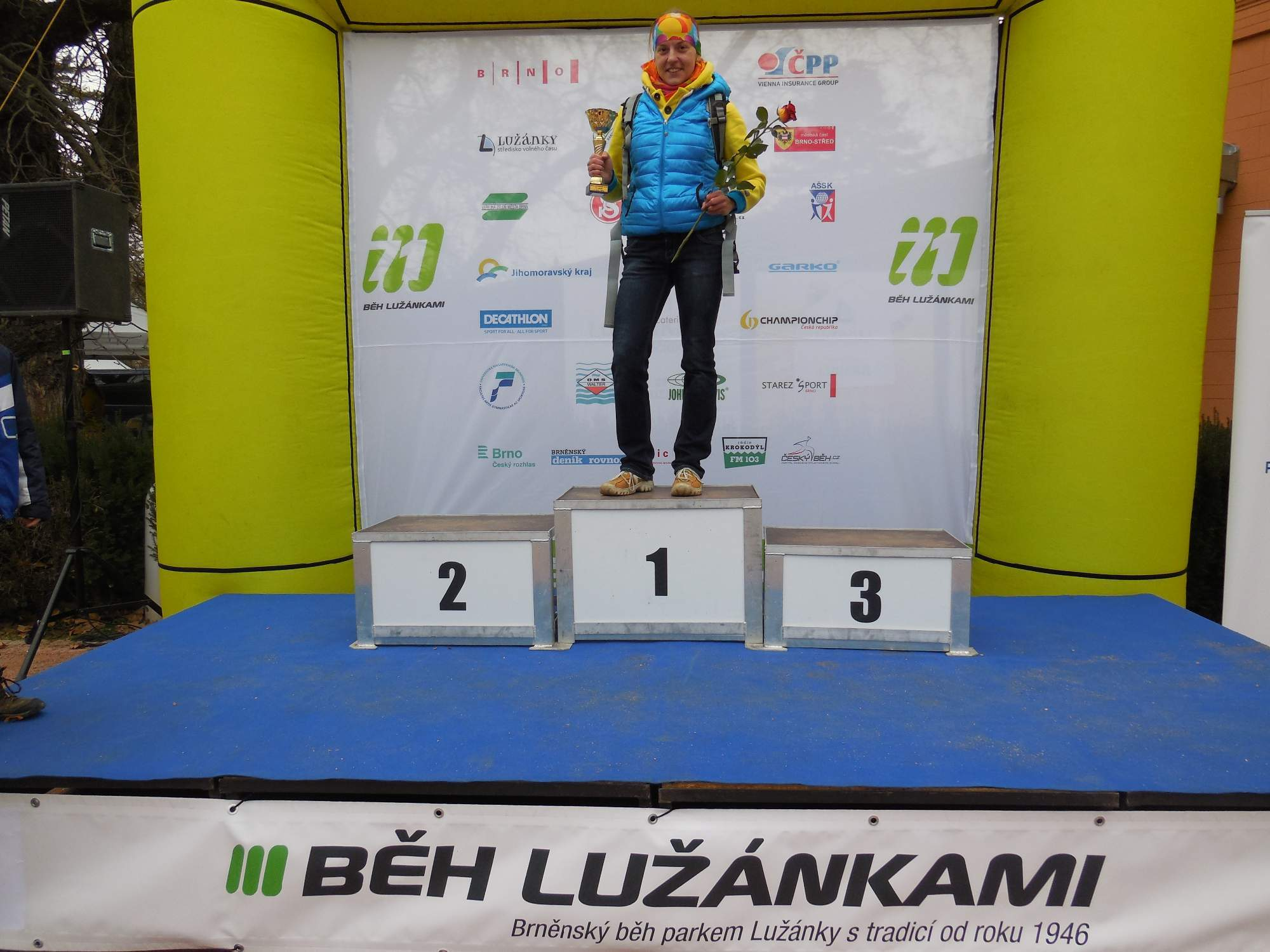 Eva Filipiová pózuje s pohárem pro vítěze (Foto: Markéta Weinlichová)