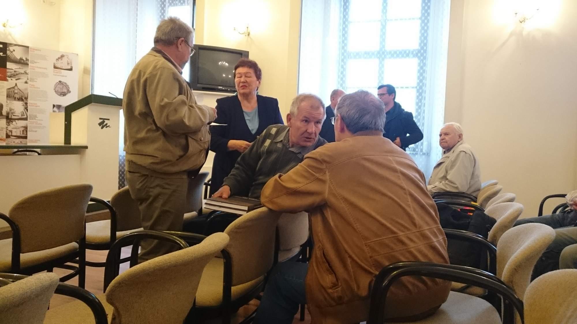 Návštěvníci diskutují na slavnostím představení knihy Osvobození jižní Moravy (Foto - Markéta Weinlichová)