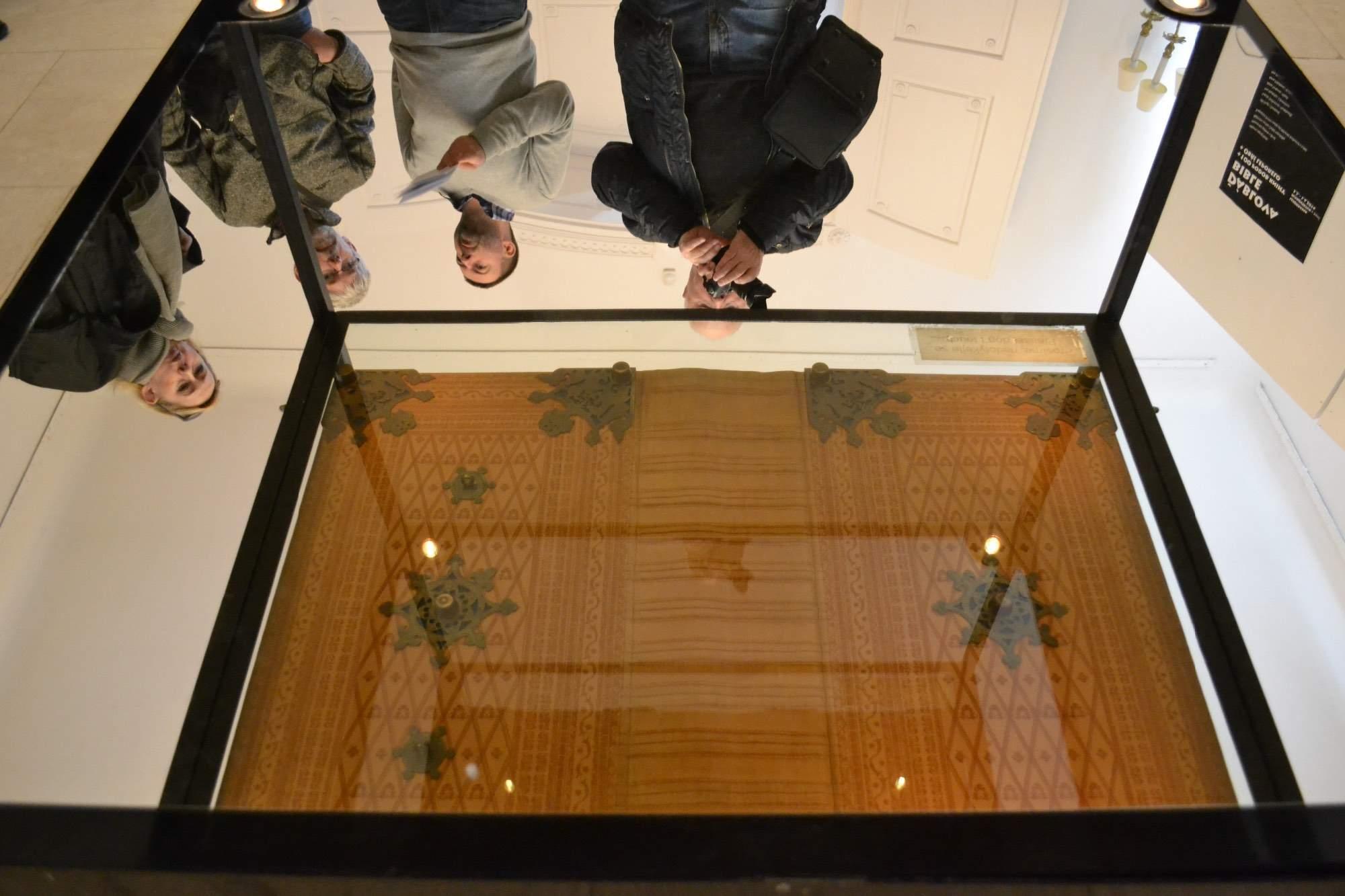 Zrcadlově zobrazená obálka Codexu gigas, Foto: Kateřina Paraiová