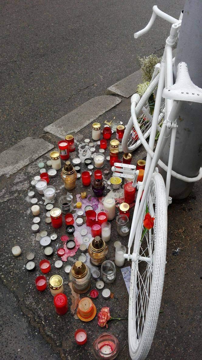 Ghost bike byl v obležení zhaslých svící. Foto: Magdaléna Kunrtová