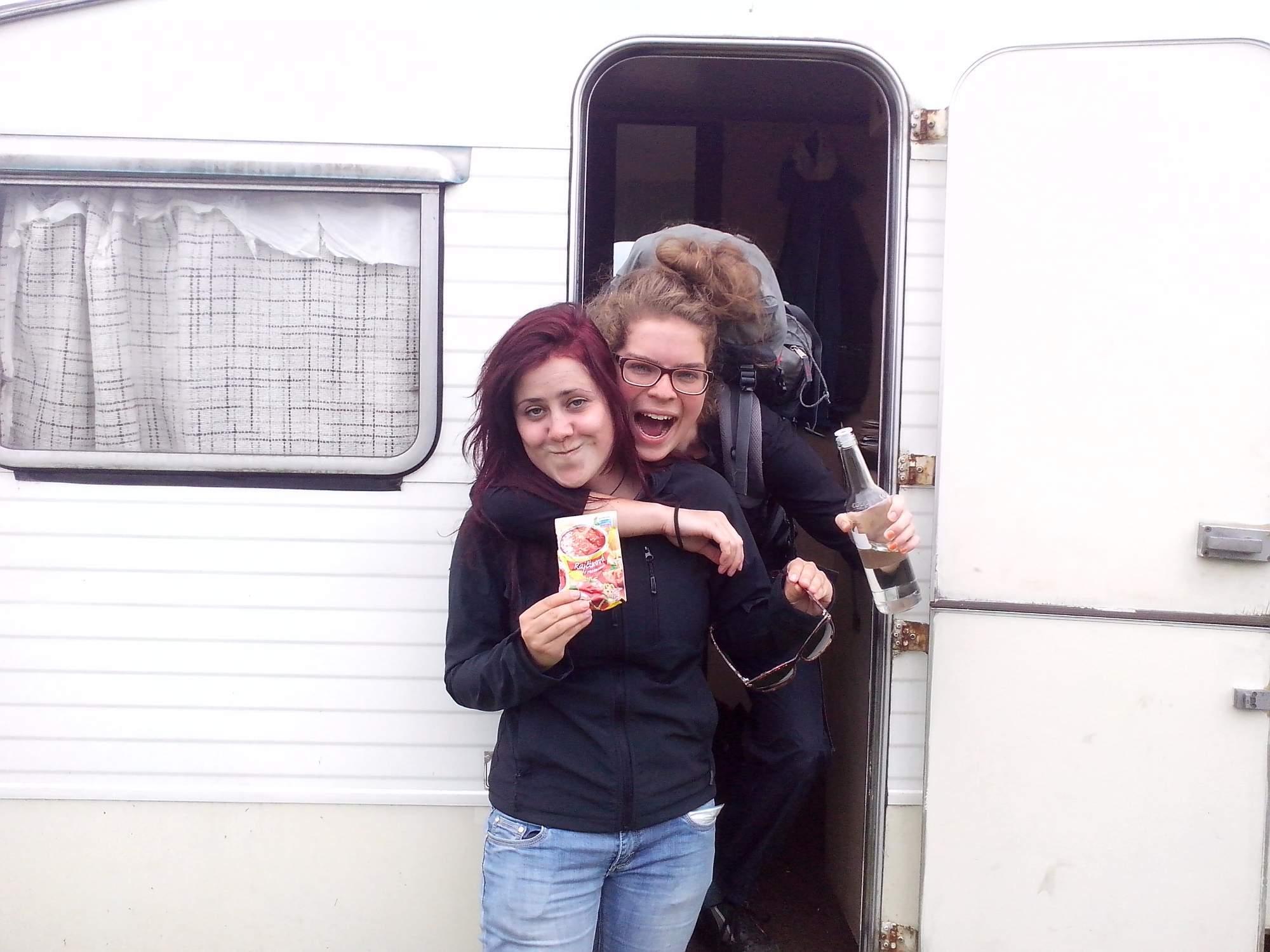 Kateřina (vlevo) se svojí kamarádkou Klárou před cestou na Skye. Foto: Magdaléna Kunrtová
