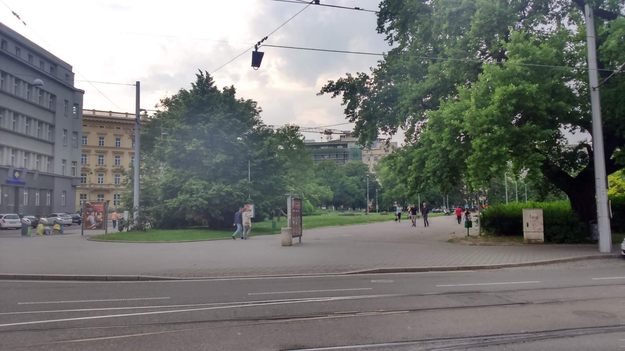 Na Moravském náměstí parkovaly zásobovací dodávky na chodníku.|Autor: Anna Tišnovská