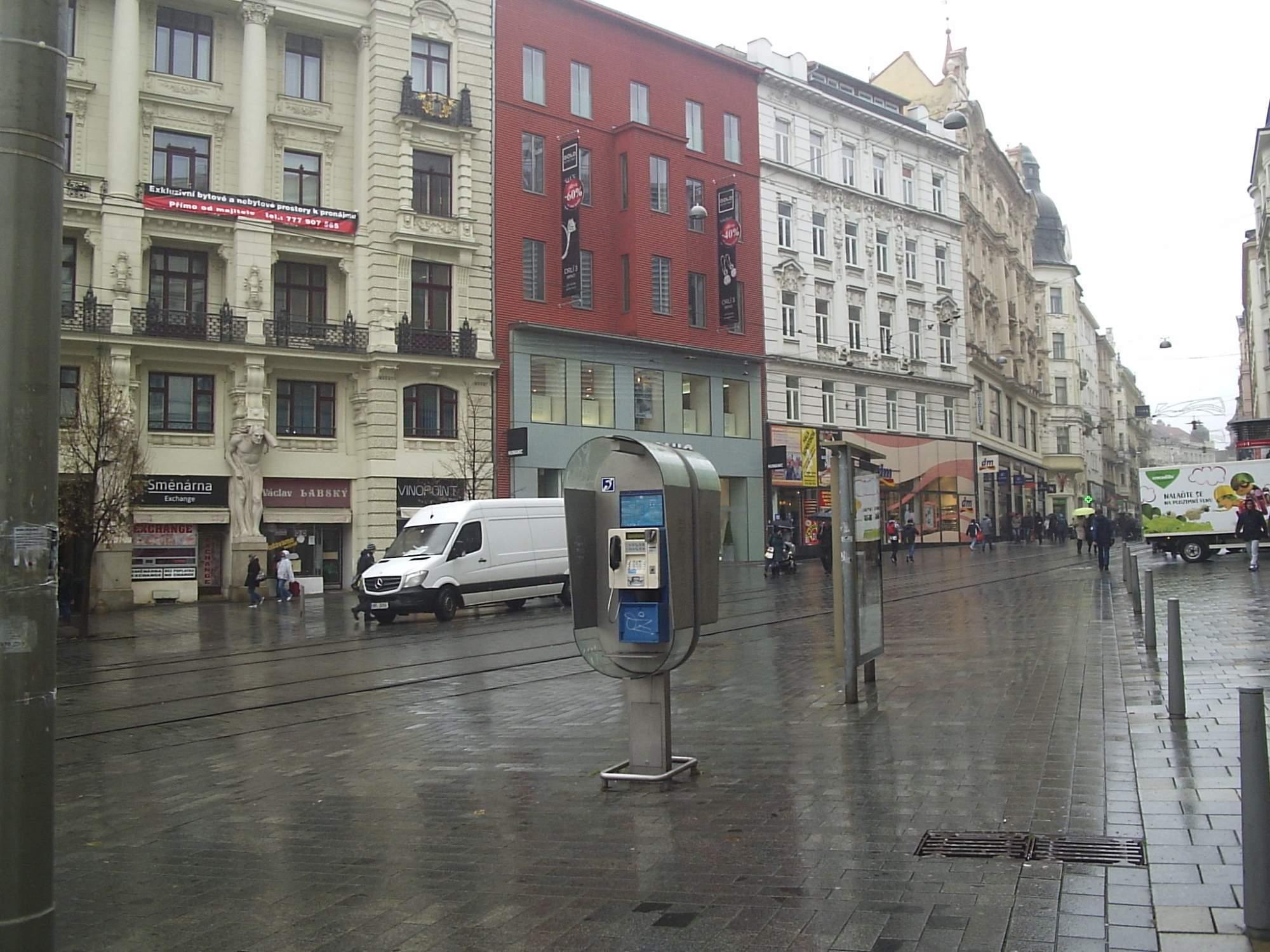 Některé telefonní automaty na náměstí Svobody, Jostově ulici a Zelném trhu se promění v místa pro nabíjení mobilů s wi-fi připojením. Foto: Michaela Nárožná