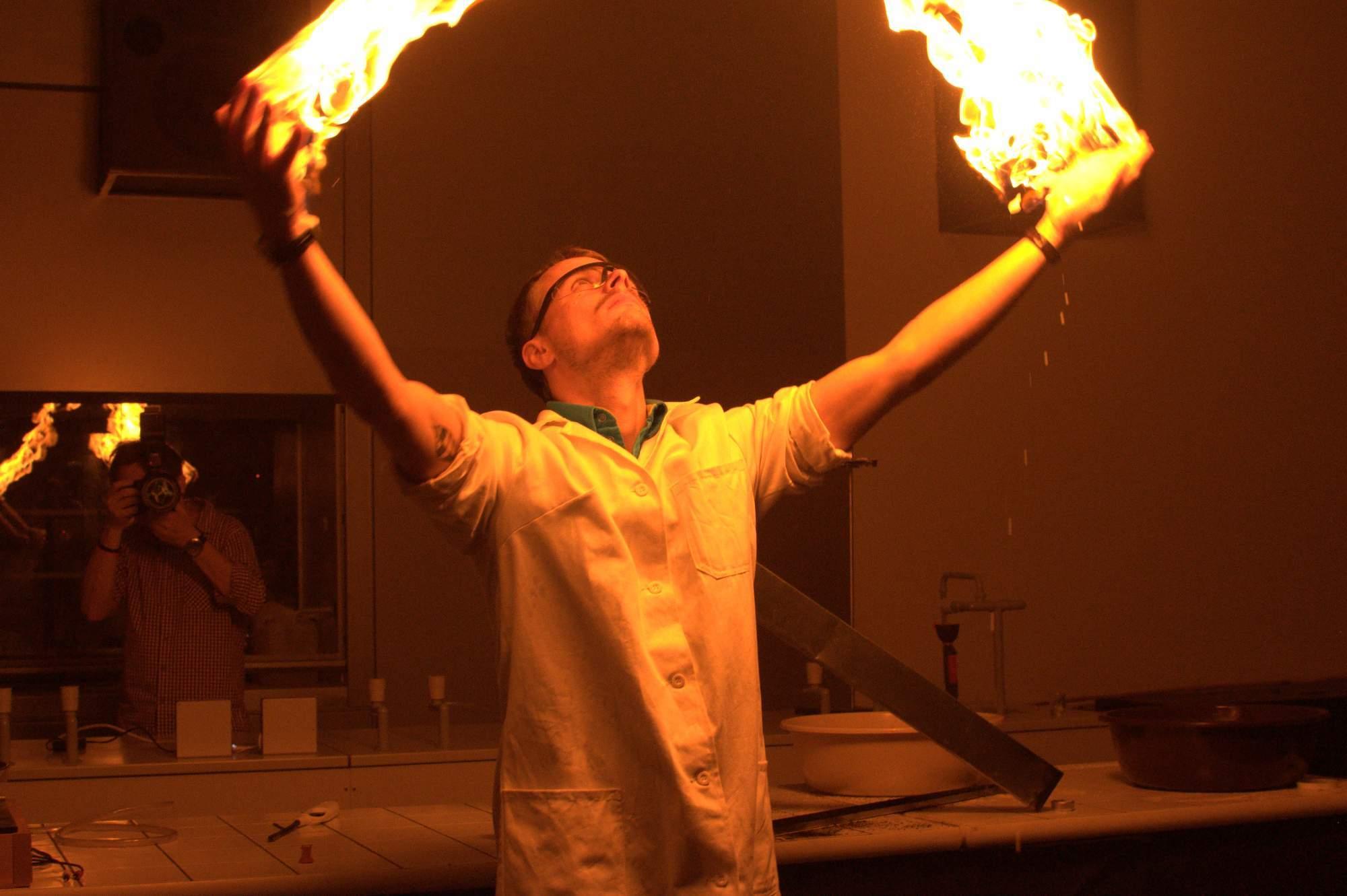 V divadle centra ukazovali zaměstnanci nejrůznější triky s ohněm - i jak se zapálit a neshořet. Foto: Michaela Nárožná