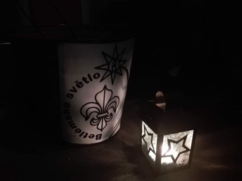 Skauti světlo převáží v petrolejce ve velkém kyblíku a několika dalších svíčkách. Foto: Klára Procházková
