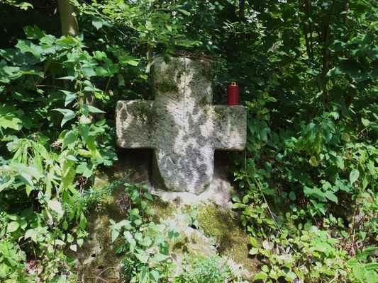 v roce 2014 byl tento smírčí kříž přemístěn z jedné soukromé zahrady k cestě na hrad. je to jeden z devatenácti dochovaných kamenných křížů na českolipsku...