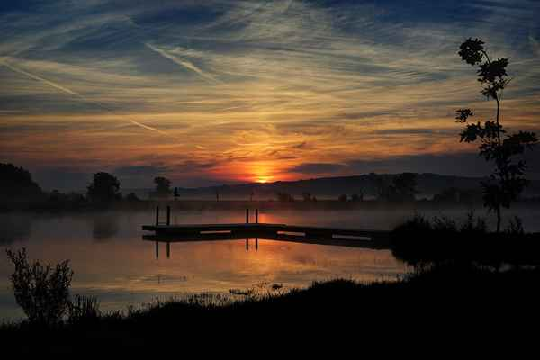 Západy slunce jsou pohodlnější. Jak se to začne rýsovat, je-li čas, sbalí se vercajk a jde se fotit. U východu slunce musím za tmy z domu a nevím, jaká obloha se mi ukáže. Na obrázku východ slunce - jezero ve Starém Městě u Uherského Hradiště.