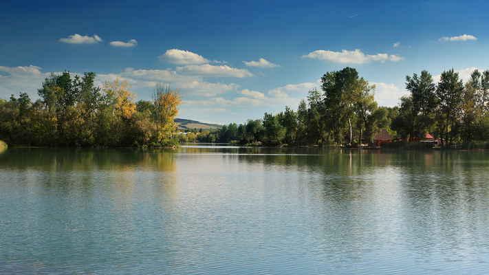 Letos v půli října jsem dorazil na toto místo s tím, že si ho vyfotím s lepší oblačností a barevným listím. Nevyfotil, levá část je vykácená a místo ztratilo své kouzlo. Jezera v Ostrožské Nové Vsi (28.9.2013).