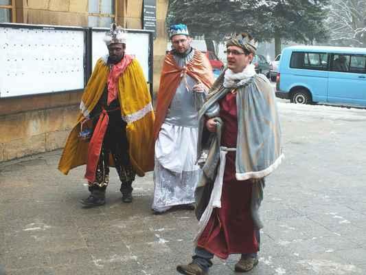 Tři králové přicházejí k městskému úřadu na náměstí 9. května.