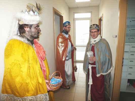 Tři králové na chodbě u kanceláří.