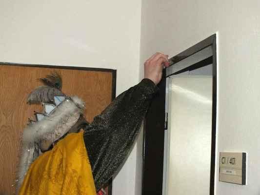 Nápis na památku malovali křídou u každých dveří bytu.