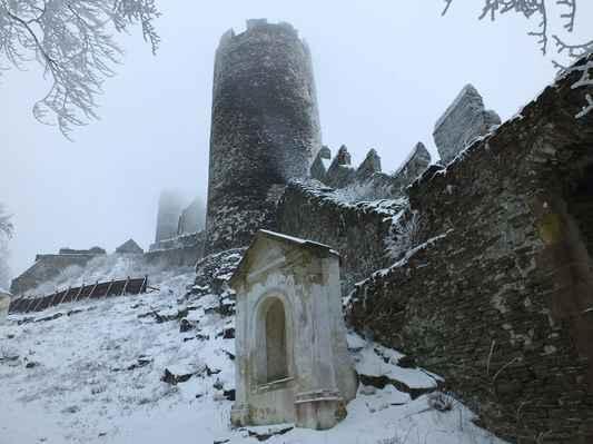 přes 30 m vysoká zadní obranná věž zvaná čertova, má víc jak 4 m silné zdi...