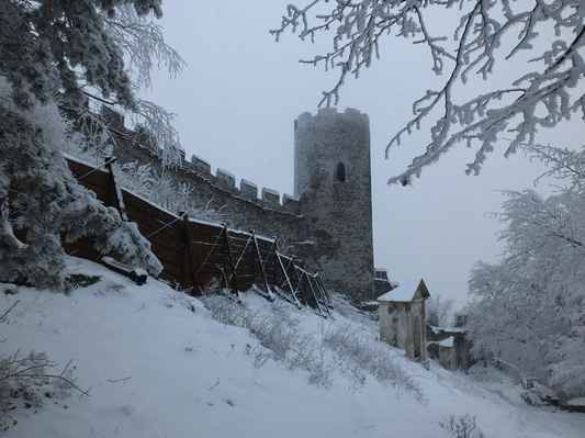 královský hrad bezděz dal vystavět v letech 1264 - 1278 přemysl otakar II., řečený král železný a zlatý z rodu přemyslovců...