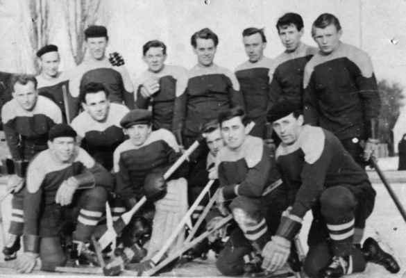 """1953x -dorosti3 - V roce 1950 byl založen oddíl ledního hokeje v Losiné (registrace již v roce 1947). Do soutěží bylo přihlášeno dorostenecké družstvo. Trenér Sláva Trojan dovedl tento mančaft až do celostátního finále, kde skončili na 4. místě v republice (za Kladnem, Hradcem Králové a Pardubicemi)!  horní zleva: Nohovec Zdeněk (v předklonu), Ervin Kesl, František Baumruk, před ním v předklonu Holeček Jaroslav, Štěpán Pepík """"Čalouník"""", Duník?, Šindelář Míla, Kašpar Čestmír, Štěpán Pepík """"Bomba"""" dolní zleva: Kašpar Pepík """"Tomeš"""", brankář Roch Václav st., Nekola Láďa """"Kovář"""" st., Krásný Stáňa st. """"Eso"""", Škrabal Míra"""