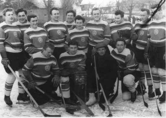 """1958-muži - V roce 1955 začalo věkem ještě dorostenecké družstvo hrát soutěž dospělých a brzy se probojovalo do krajského přeboru. Foceno na dolním losinském rybníku někdy v roce 1957-58.  horní zleva: Nekola Láďa """"Kovář"""" st., Kašpar z Nebílov?, Krásný Stáňa st., Nohovec Míra """"Čík"""", Kašpar Pepík """"Tomeš"""", Kašpar Venca """"Vejšusta"""", Vacek Pepík, Benda Pepík ?, Šindelář Míla, Kašpar Čemír dolní zleva: Štěpán Pepík """"Bomba"""", brankář Štadler Václav, Nohovec Zdeněk, Škrabal Míra"""