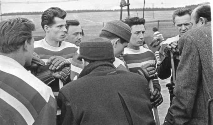 1958X - hráči Nekola, Bešťák, Šindelář, Kašpar V, Štádler v čepici a Josef Vacek poslouchají trenéra Trojana