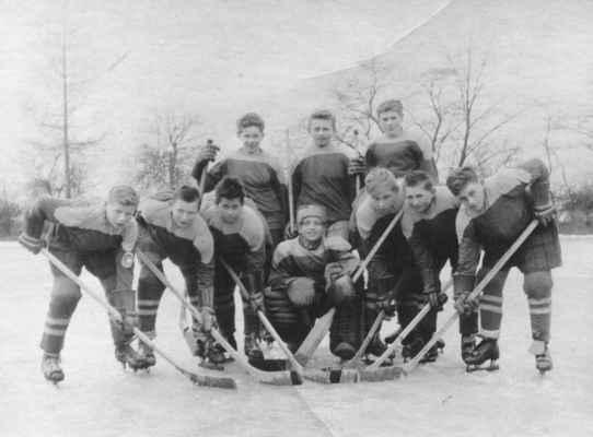 1960x- žáci na rybníce - Někdy v roce 1960 jsme měli již i žákovské družstvo, kde se začala připravovat velká jména losinského hokeje pozdějších let. Foceno na dolním losinském rybníku.  horní zleva: Vůch Venca, Časta Bohouš, Berdych-Kašpar Jarda dolní zleva: Fremr Olda, Štěpán Václav, Holub Honza, Kvídera Milan, Laštovka Láďa, Loukota Honza, Prepsl Venca