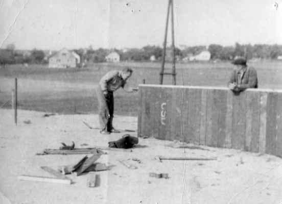 1963-nové mantinely - Láďa Železný montuje nové mantinely