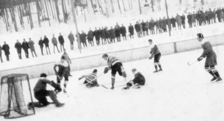 1967-Fremr v akci - Olda Fremr střílí, Vojta Rádl (6) na ledě ...