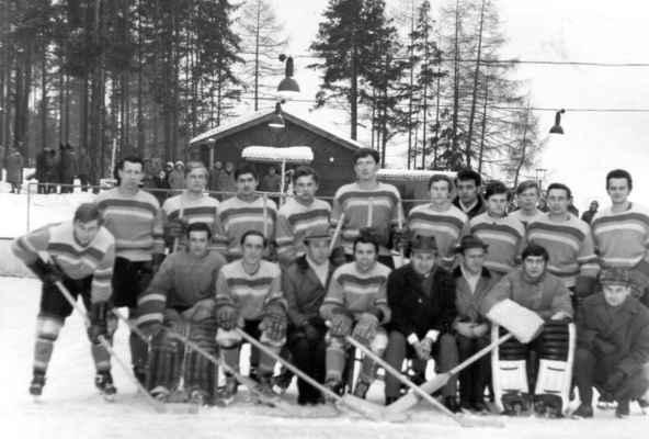 """1970-muži-oblastní přebor - V roce 1963 se přestěhoval stánek ledního hokeje z dolního rybníku pod les. Nesmírná poctivost a bojovnost přivedla losinský hokej až k vítězství krajského přeboru v roce 1970. V odvetě o titul přeborníka oblasti jsme porazili Lokomotivu Fr.Lázně doma 11:0 ! Foto z roku 1970.  horní zleva: Laštovka Láďa, Kašpar Čestmír, Hofrajtr Láďa, Holub Honza, Časta Bohouš, Vimmer Mila, Kotrc Karel, Kvídera Milan, Rádl Vojta """"Vojcik"""", Fremr Olda, Kašpar """"Vejšusta"""", Kuchyňka Jarda dolní zleva: Šlouf Honza, Beníšek Honza, Holeček Jarda st., Huml Míla, trenér Brož Jiří, Vacek Josef, Bešta Václav, trenér Brož Zdeněk"""