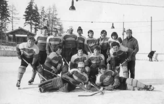 """1973-dorost - Úspěchy losinského hokeje přitahovaly nové mladé hráče do družstva dorostu. Své dlouholeté zkušenosti začal předávat trenér Kašpar.  horní zleva: Fremr Vlasta, Kašpar Pepík """"Janďák"""", Vlasák Jirka """"Kiki"""", Černý Láďa, Benda Venca """"Kuba"""", Suchý Bohouš """"Hošťalík"""", Levý Milouš, Fiala Venca """"Hrubost"""", trenér Kašpar Čestmír prostřední: ?, Janda Venca, Kapoun Míra, Šlouf Zdeněk ležící zleva: brankář Krásný Pepík """"Hulán"""", Vacek Pepík"""