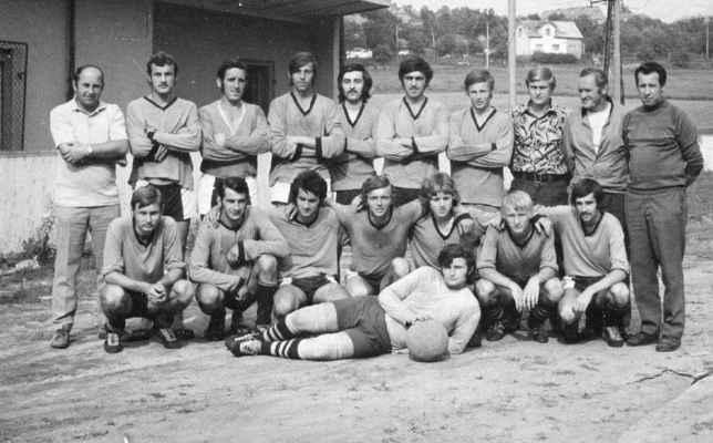 1973-muži - stojící: Jiři Brož, Míra Laštovka, Jan Beníšek, Franta Táflík, Bejvl, Pepík Vacek, Olda Fremr, Láďa Hofrajtr, Josef Vacek, Čestmír Kašpar dolní: Láďa Laštovka, Kreuzman, Pepík Velíšek, Vlasta Fremr, Míra Kapoun, Honza Rous, Luboš Bejvl brankář Kočí