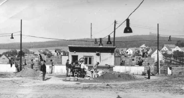 1972 - stavba kabin - u míchačky Jarda Kuchyňka , vedle v klobouku stavitel Nohovec ...