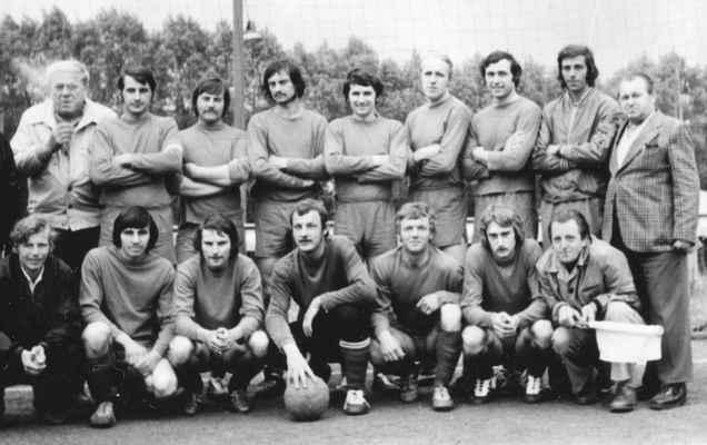 1977-muži 1B - fanoušek Holíček, Jarda Kreuzman, Milouš Levý, Láďa Bohatý, Pepík Velíšek, Milouš Štěpán, Venca Čech, Franta Táflík, trenér Václav Prepsl dole: Olda Fremr, Venca Fiala, Olda Doležal, Míra Laštovka, Vlasta Fremr, Jarda Štěpán, pomezní sudí Václav Roch