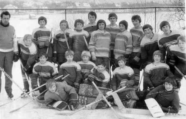 1977-žáci-H - trenér Čenda Kašpar, Venca Hajšman, Míra Tolar, Luboš Kašpar, Zdeněk Hajšman, Zbyšek Matheisl, Láďa Hajšman, Jarda Veleman, Čenda Kašpar, Petr Havel, x, Pepík Lepiš, Láďa Nekola klečící: Zdeněk Nohovec, Jirka Richter, Zdeněk Dominik, Jarda Kovařík, Lumír Vágner, Míra Manda golmani: Honza Žanda a Jirka Kunzendorfer