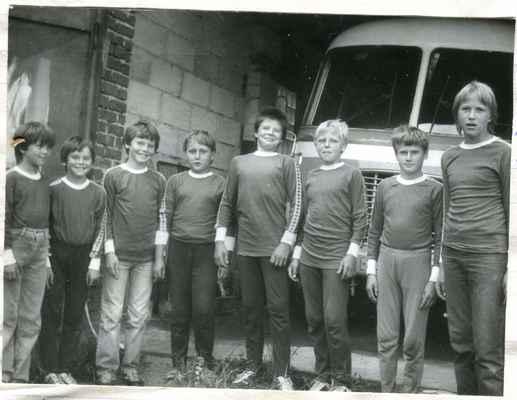 1987-žáci - zleva Jarda Kašpar, bratři Láďa a Martin Krýslové, Martin Holub, Robert Kreuzman, Olda Fremr, Jarda Štěpán, Robert Štěpán