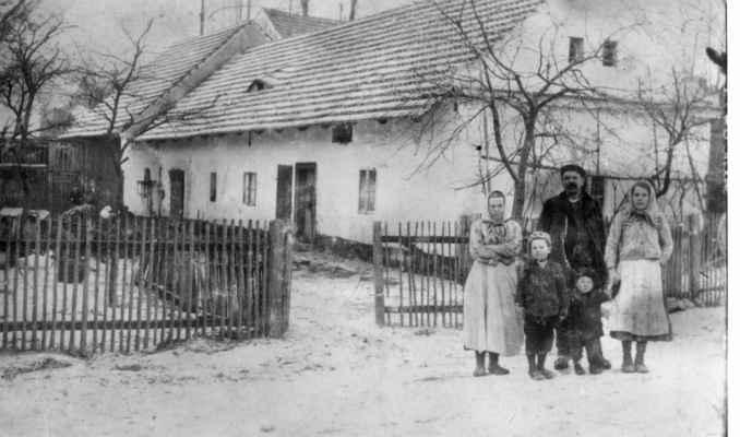 1913 - čp. 52 U Kvíderů - František Kvídera se ženou Kateřinou před nově pokrytou střechou . Došky v roce 1911 nahradil taškami.