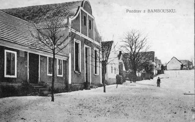 1915 - na Bambousku - vzácnou pohlednici Bambousku z roku 1915 má ve sbírce pan Zdeněk Batěk. Dodnes se zachoval pouze štít hostince u Černých (pozdější kino). V horní části ulice je štít staré chalupy Baťků a nedávno zbouraná chaloupka u Martínků.