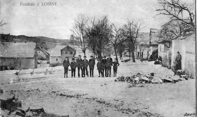 1916 - ve vsi - 1916 - čumkarta z Losiny - hlavní cesta ve vsi Tyto pohlednice obcí byly v období války velmi populární, posílaly se na frontu vojákům, aby měli památku na rodnou obec.