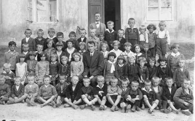 1932 - nový školní rok - horní (4.) řada: řídící učitel Karel Třesohlavý, 5.zprava Loukota L. 2. řada: 6.zleva patrně Prepslová (pozdější kuchařka ve školce), 1.řada: 3.zleva Krásný ?, 7.zleva Láďa Kašpar, x, Benda, x,x,x, Loukota Václav, x,x