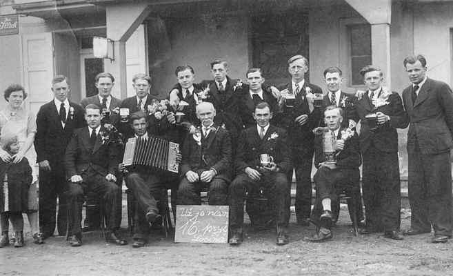 1935 - branci - cca 1935 - losinští branci (nepřehlédnutelná postava Josefa Suchého Plachty - 4. stojící zprava, dole sedící uprostřed starosta Souček)