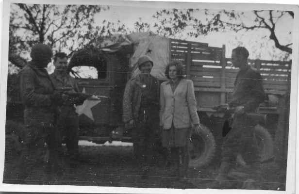 1945 - americká armáda v Losiné - dívka mezi americkými vojáky je snad Růža Levá ??