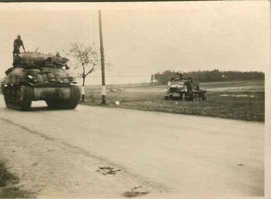 1945 - americká armáda v Losiné - 1945 - americký tank na hlavní silnici pod křižovatkou na Nebílovy