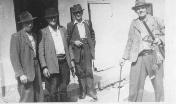 1945 ? - před honem u Rousů - cca 1945 - myslivci před honem na statku u Rousů: x, Petr Rous, x, x